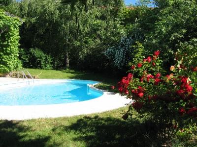 la piscine chauffée de la maison de campagne