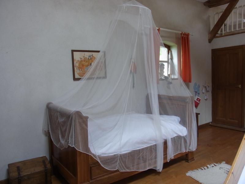 Lit bateau ancien de 0.90 m avec son moustiquaire en bas de la chambre 3 .
