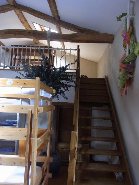 Accès à la mezzzanine par l'escalier en chêne