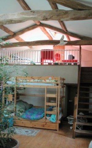 A l'étage, la grande chambre des enfants avec mezzanine.