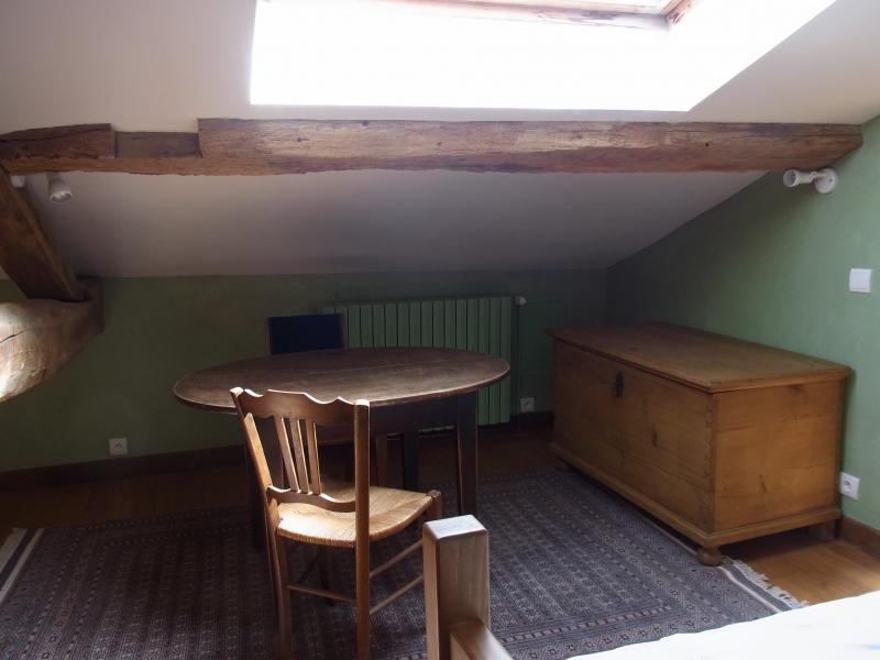 Un coffre en pin en ranger couettes et couvertures à droite et table ancienne complètent les 3 lits de la chambre 4.