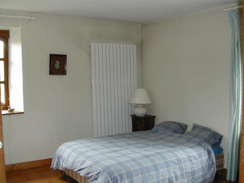 A l'étage, la chambre des parents donnant sur une salle de bains privative et WC séparé. Lit de 2 personnes 180 x 200