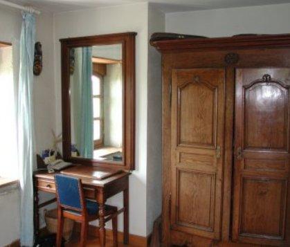 Une très belle armoire ancienne est à votre disposittion pour ranger vos affaires