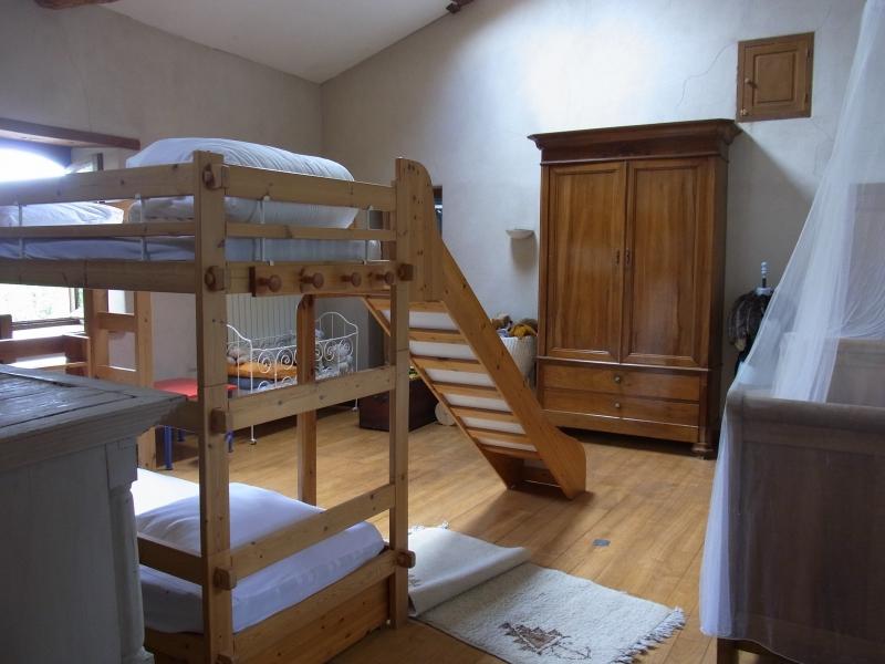 Lit à étage avec tobogan, lit bateau ancien et armoire haute au fond pour ranger vos affaires.