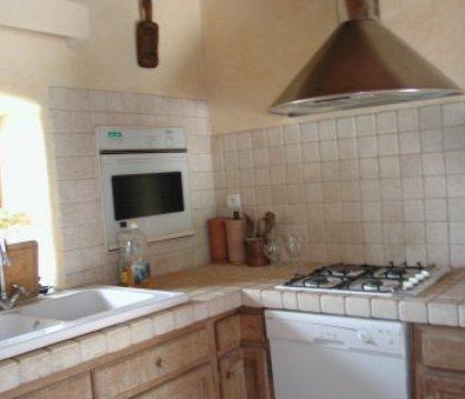Evier 2 bacs de lavage en grès émaillé blanc, four à chaleur tournante encastré, hotte aspirante, lave vaisselle, plaque de cuisson 3 gaz/1 électrique