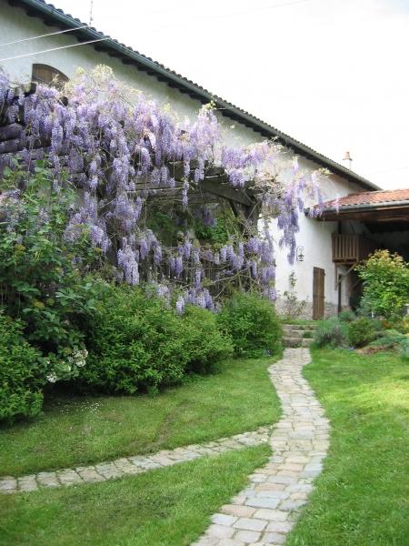Maison vue de la cour intérieure avec les méandres du chemin pavé dans la pelouse