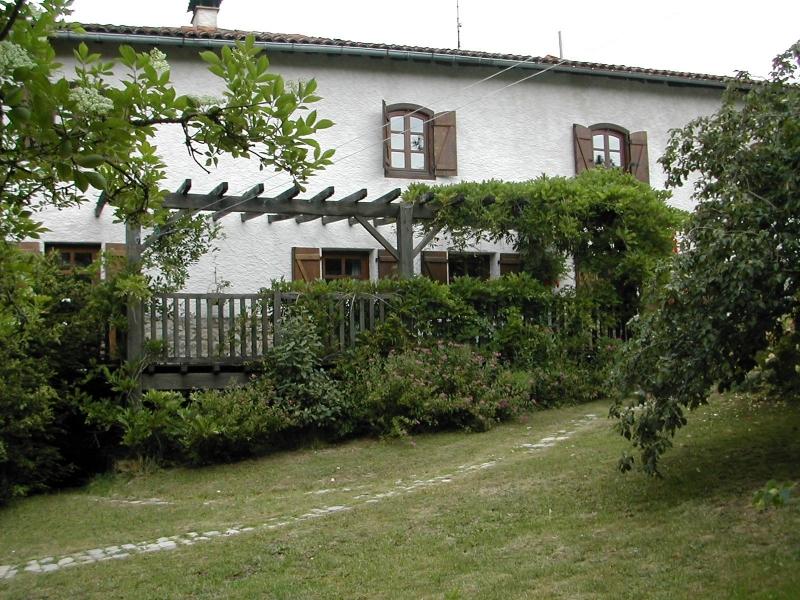 Maison et terrasse en bois vues de la cour intérieure