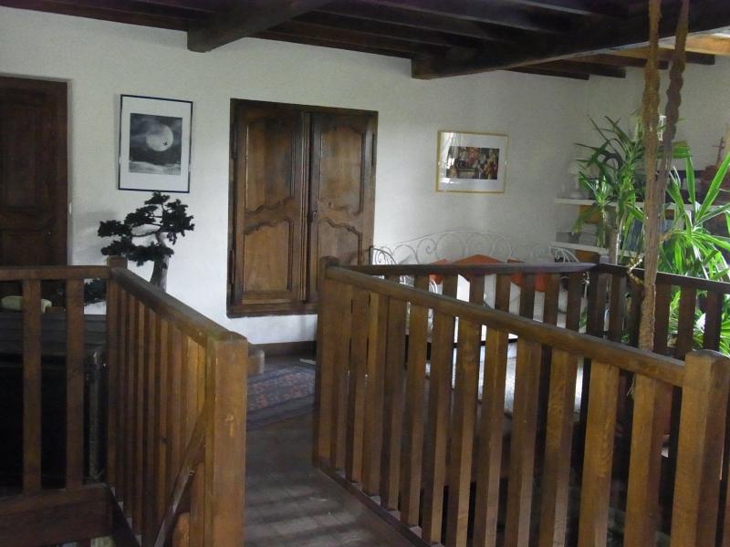 A l'étage, bibliothèque avec une corbeille en chêne. Parquet chêne ciré.