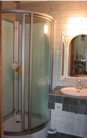 Salle de bains privative pour les parents avec vasque, douche et WC séparé. Salle de bains très lumineuse avec un puit de lumière dans le toit.