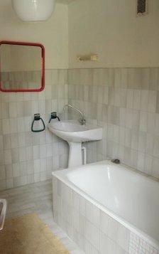 La salle de bains avec baignoire au rez de chaussée.