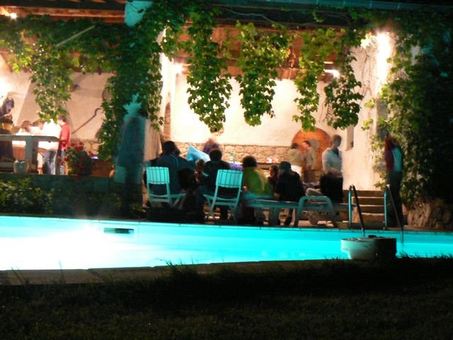 Terrasse au bord de la piscine la nuit