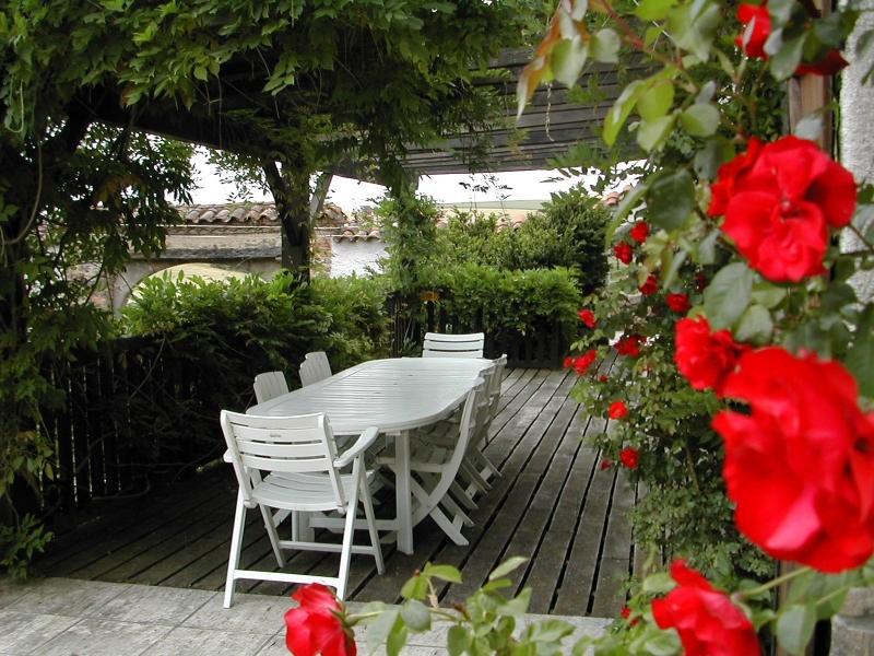 Il est très agréable de prendre son petit déjeuner sur la terrasse en bois ou son repas à l'ombre des glycines
