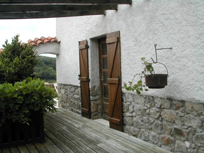 La terrasse en bois communique avec une terrasse orientée sud est
