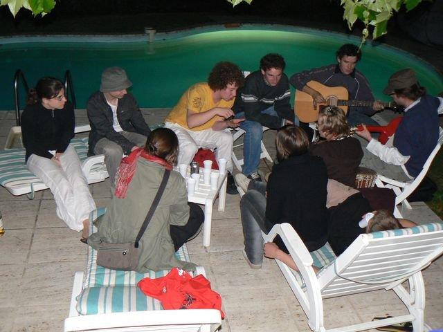 Soirée entre jeunes au bord de la piscine