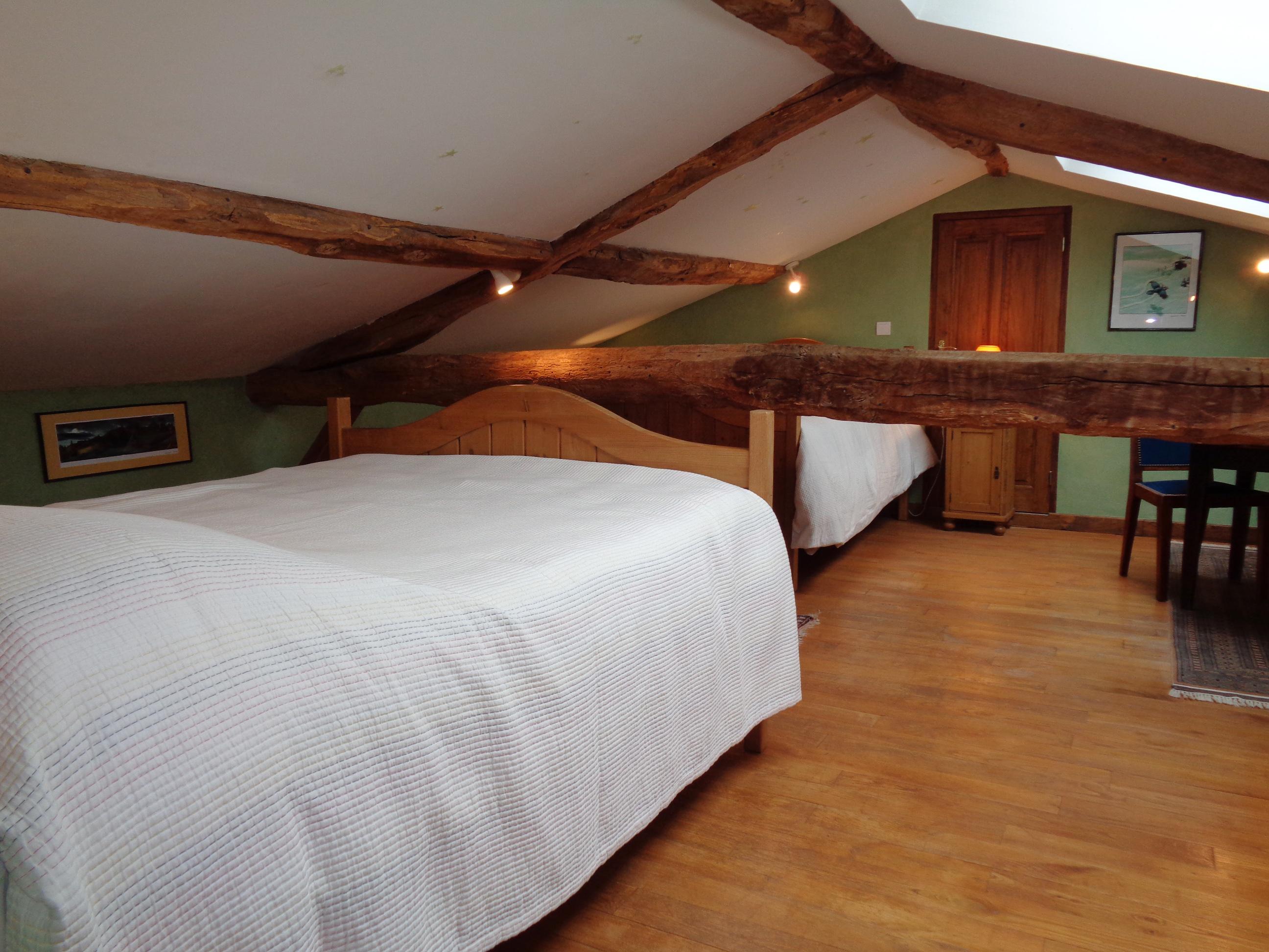 Second lit pour 2 personnes en pin ciré dans la q uatrième chambre sous les toits.