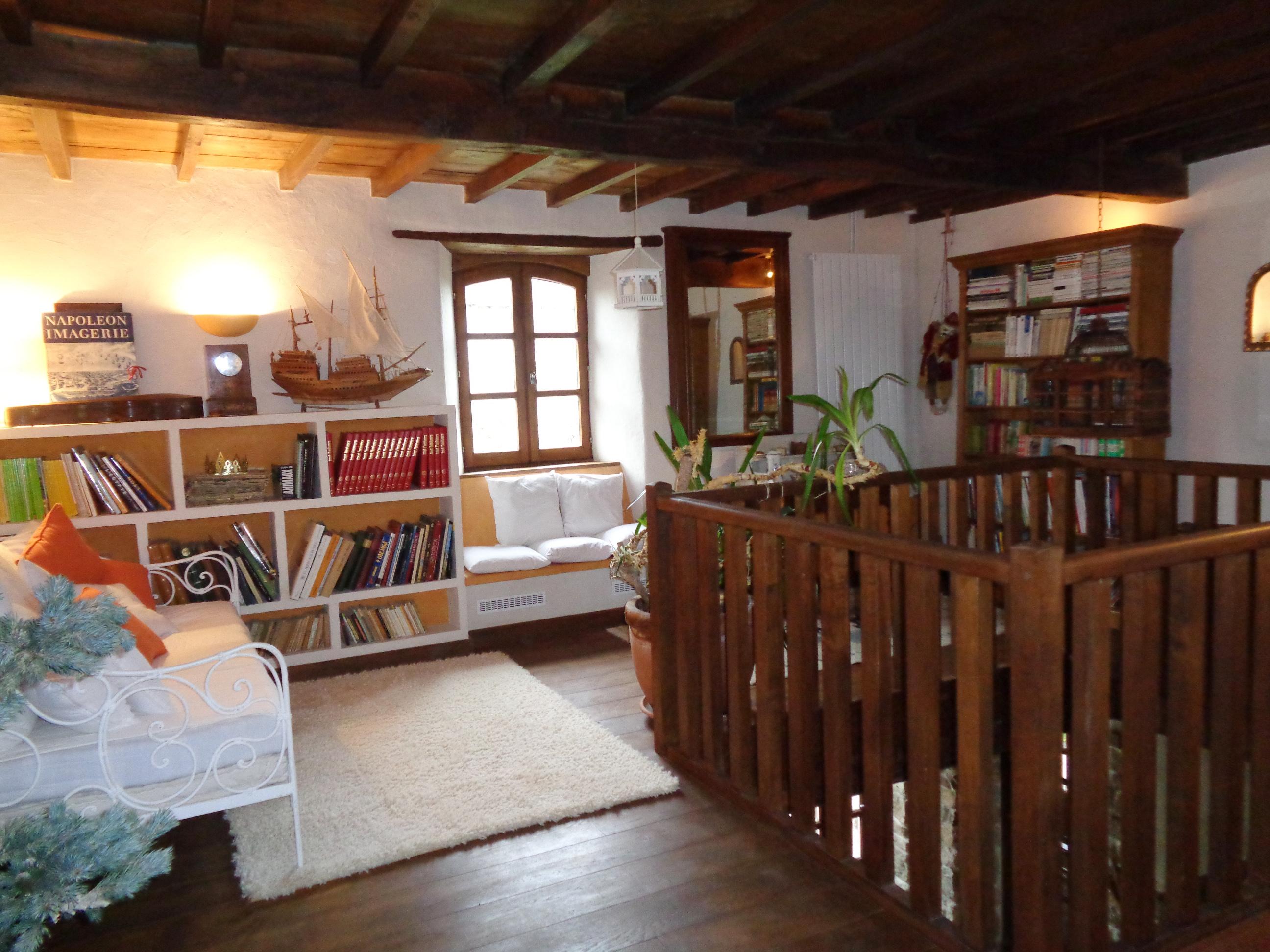 Le salon bibliothèque de ma maison de campagne