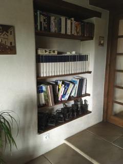 Le salon de ma maison de campagne - La cheminée double face avec insert se niche dans un mur en pierres apparentes.