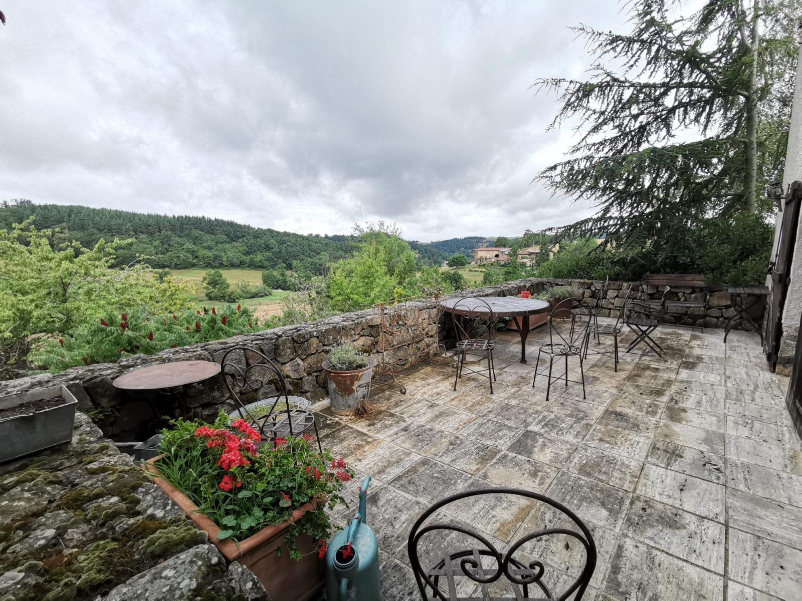 Terrasse avec table en teck orientée sud est pour diner le soir au soleil couchant